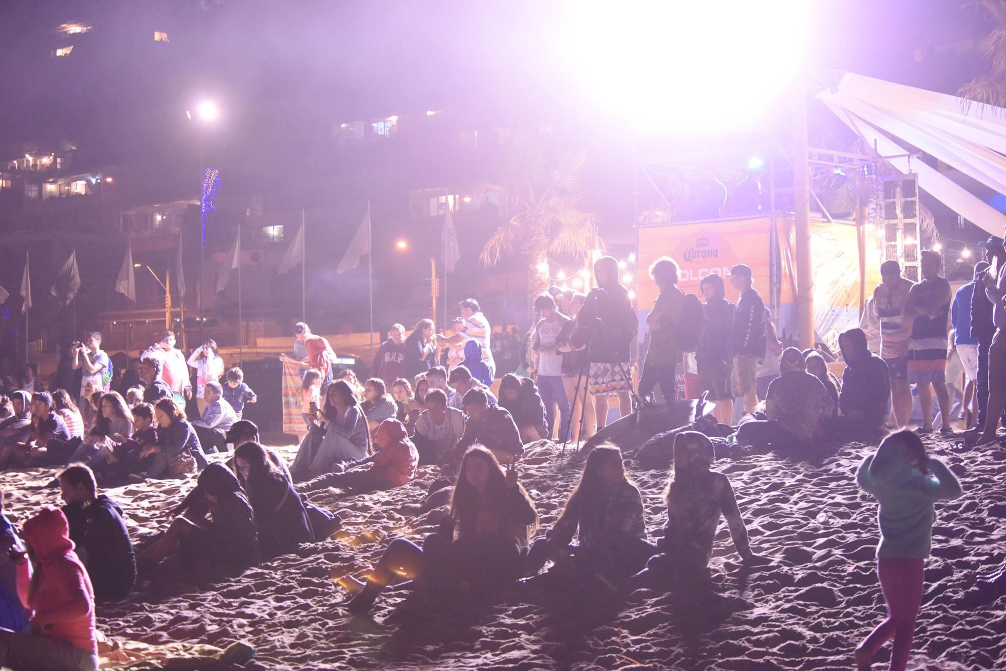 Reñaca despide el verano con encendido show de surf nocturno